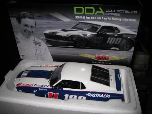 RAR DDA 1/18 ALLAN MOFFAT U100 1969 FORD BOSS 302 MUSTANG TRANS AM SIGNED COA